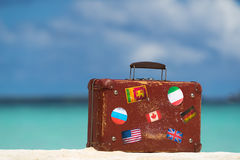旅行葡萄酒手提箱是单独的在海滩 图库摄影
