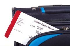 旅行袋子和航空公司行李收据 免版税库存图片