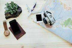 旅行设备包括地图,护照,照相机,巧妙的电话,空气 免版税库存照片