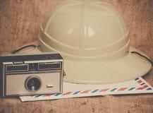 旅行象照相机航寄信封徒步旅行队帽子 图库摄影