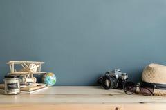 旅行辅助部件和项目在木桌上 免版税图库摄影