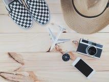 旅行辅助部件服装顶视图,旅行vaca的费用 库存照片