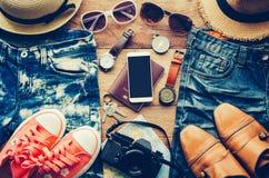 旅行辅助部件服装,行李,旅行的费用准备 免版税库存图片