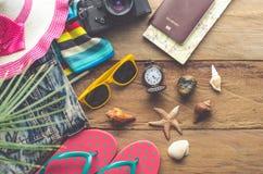 旅行辅助部件服装 护照,行李,旅行地图的费用为旅行做准备 免版税库存图片