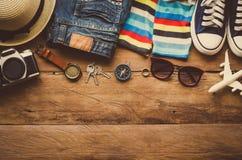 旅行辅助部件服装 护照,行李,旅行地图的费用为旅行做准备 库存照片