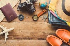 旅行辅助部件服装 护照,行李,旅行地图的费用为旅行做准备 库存图片
