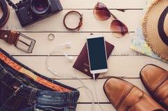 旅行辅助部件服装 护照,行李,旅行的费用为旅行做准备 免版税库存照片
