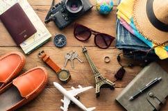 旅行辅助部件服装 旅行地图的费用为旅行做准备 免版税库存图片