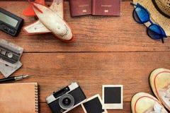 旅行辅助部件顶视图有护照的,照相机,笔记本,玻璃 库存图片
