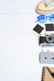 旅行辅助部件顶视图有护照的,照相机,笔记本,玻璃 免版税图库摄影