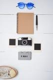 旅行辅助部件顶视图有护照的,照相机,笔记本,玻璃 免版税库存图片