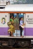 旅行通过在仅夫人支架的市郊火车的未认出的妇女在孟买,印度 免版税图库摄影