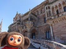 旅行通过西班牙和Cheburashka 免版税图库摄影