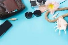 旅行集合、太阳镜和夏天辅助部件在蓝色背景 顶视图 空白的嘲笑为做广告或包装 免版税图库摄影