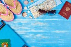 旅行项目看法说谎在蓝色木背景的 免版税库存图片