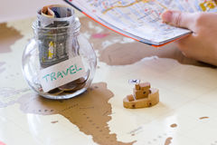 旅行预算-假期在一个玻璃瓶子的金钱储款在世界m 库存照片