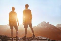 旅行,人旅行,远足在山,看全景风景的远足者夫妇  免版税库存照片