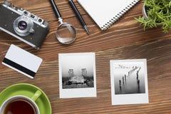 旅行,假期概念 照相机、笔记薄、笔、信用卡、供应和摄影在办公室木书桌桌上 顶层 库存图片