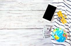 旅行,冒险,假期概念 智能手机,美元金钱, t 库存图片