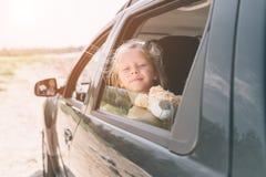 旅行,旅游业-有玩具熊的女孩准备好旅行为暑假 去在冒险的孩子 汽车旅行 图库摄影