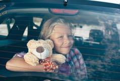 旅行,旅游业-有玩具熊的女孩准备好旅行为暑假 去在冒险的孩子 汽车旅行 免版税库存图片