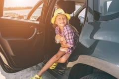 旅行,旅游业-有玩具熊的女孩准备好旅行为暑假 去在冒险的孩子 汽车旅行 免版税图库摄影