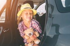 旅行,旅游业-有玩具熊的女孩准备好旅行为暑假 去在冒险的孩子 汽车旅行 免版税库存照片