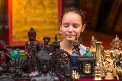 旅行 一个亚洲纪念品店的青少年女孩 免版税库存照片