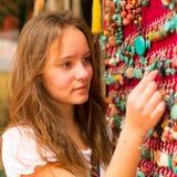 旅行 亚洲礼品店的青少年女孩 免版税库存照片