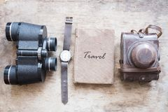 旅行-在一本旧书的题字 旅客成套装备  免版税库存图片