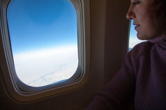 旅行 妇女在飞机坐 库存图片