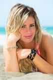旅行年轻愉快的妇女 海滩的美丽的白肤金发的女孩 免版税库存照片