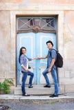 旅行年轻的夫妇,探索的新的地方 免版税库存照片