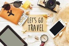旅行 让` s去旅行文本在卡片舱内甲板位置的标志概念,来了 免版税库存图片