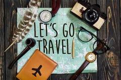 旅行 让` s去旅行文本在地图,旅行癖臀部的标志概念 免版税库存照片