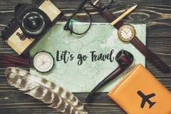旅行 让` s去旅行文本在地图,行家平的l的标志概念 免版税图库摄影