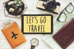 旅行 让` s去旅行文本在片剂的标志概念有黄色的 免版税库存图片