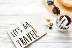 旅行 让` s去旅行文本在笔记本的标志概念 计划 免版税库存图片