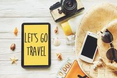 旅行 让` s去旅行文本在黄色片剂scree的标志概念 库存图片