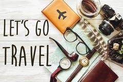 旅行 让` s去旅行文本概念,行家舱内甲板位置 地图通行证 免版税库存图片