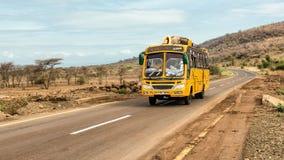旅行从阿鲁沙的非洲公共汽车到纳曼加,坦桑尼亚 库存图片
