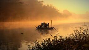 旅途乘小船在冬天早晨 免版税库存图片