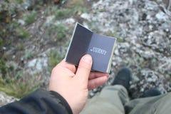旅途想法,拿着与文本的手一本书 图库摄影