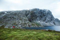 旅途 在山的帐篷 在挪威 免版税库存图片