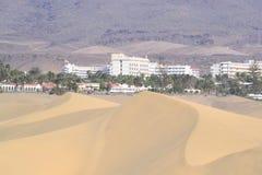 旅馆、沙丘和山 免版税图库摄影