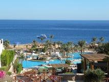 旅馆、海洋和小船的美丽的景色在夏天 免版税库存图片