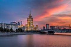旅馆乌克兰和在日落的Novoarbatsky桥梁,莫斯科,俄罗斯 库存图片