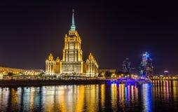 旅馆乌克兰和莫斯科城市在晚上 免版税库存照片