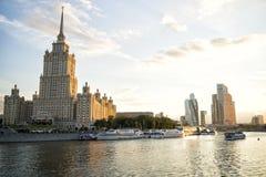 旅馆乌克兰纳,莫斯科国际商业中心的摩天大楼和日落的莫斯科河 库存照片