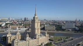 旅馆乌克兰鸟瞰图在莫斯科 老苏俄斯大林高层摩天大楼在现代莫斯科市的心脏 股票视频